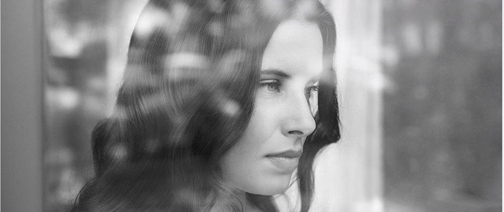 Жінка дивиться у вікно 24fb04d74c989