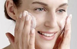 Ретельне очищення є першим кроком до ефективного догляду за шкірою.  Очищуючі засоби видаляють бруд 6efb30fed3bf3