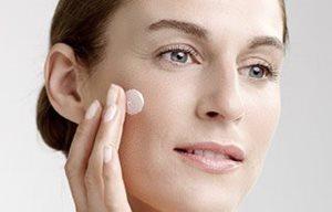 Денний і нічний догляд. Зволожуючий денний або нічний крем слід  використовувати для зволоження та відновлення шкіри обличчя 6d530c6892597